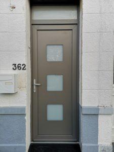 Porte d'entrée PVC coloris gris quartz.
